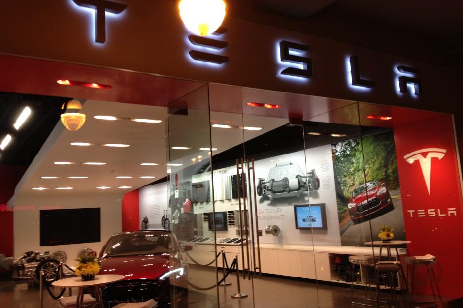 Salon sprzedaży samochodów marki Tesla, źródło: Phil Denton/flickr.com/CC BY-SA 2.0