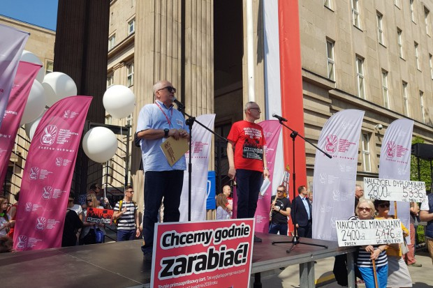 Protest nauczycieli. Chcą wyższych płac i  dymisji ministra edukacji
