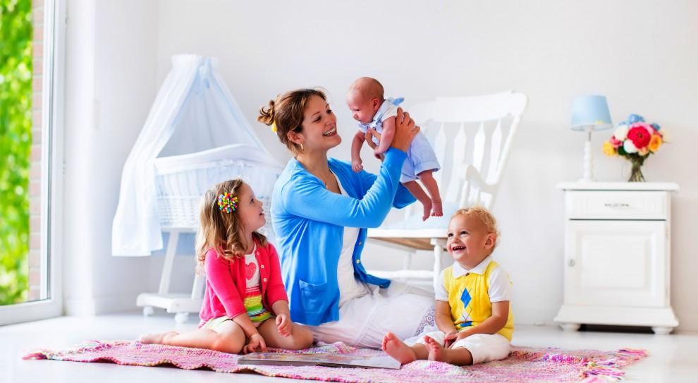 Premia za drugie dziecko i dłuższy urlop rodzicielski płatny w 100 proc.
