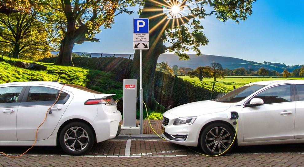 Pracownicy Poczty Polskiej dostarczą paczki samochodami elektrycznymi