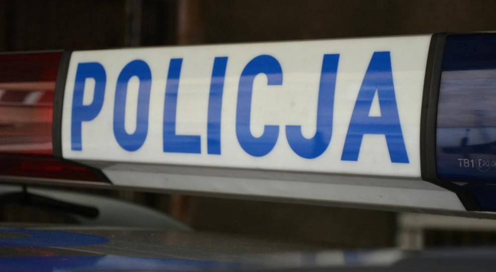 Policjanci wywieźli leżącego przy drodze mężczyznę do lasu, tam zmarł. Już stracili pracę