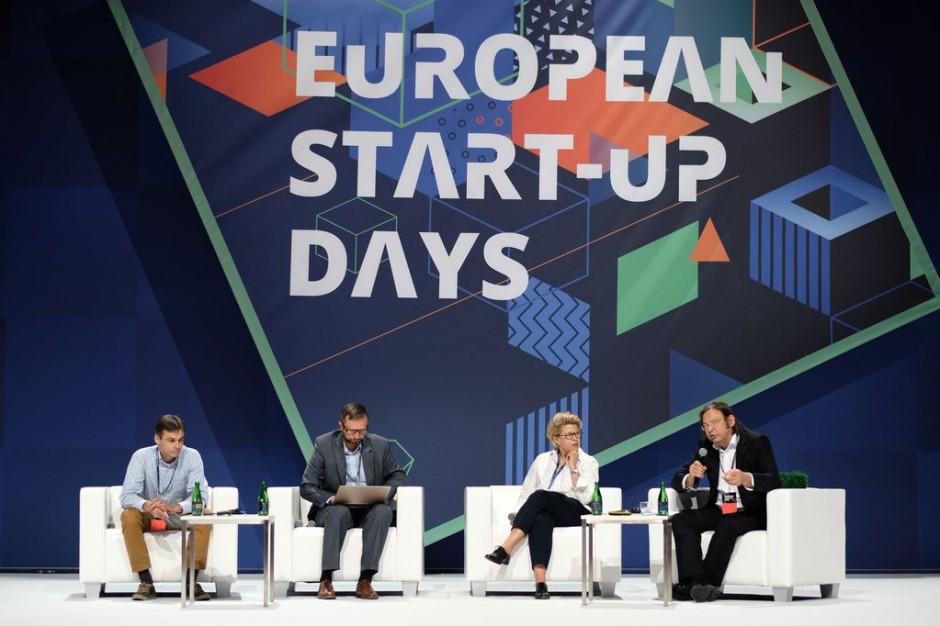 W debacie wzięli udział (od lewej): Ekonomista i socjolog Marek Havrda, ekspert ds. międzynarodowych Michal Kořan, Iwona Grochowska - współzałożycielka i CEO start-upu Nais, oraz austriacki naukowiec Stefan Thurner. Fot. PTWP