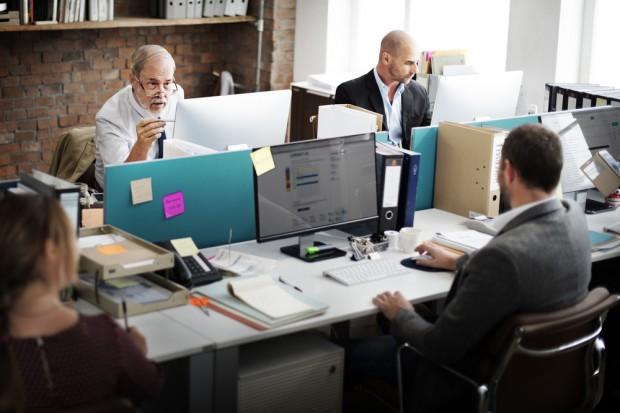 Dlaczego warto zatrudniać osoby 50+? Mają zalety nie do przecenienia