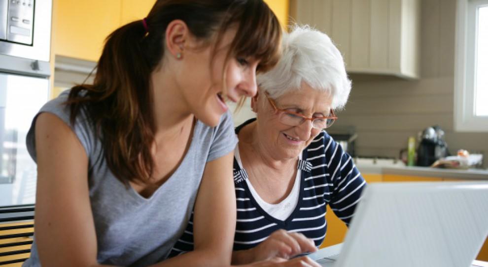 Pokoleniowa przepaść cyfrowa. Aż 2 mln kobiet 45+ nie korzysta z internetu