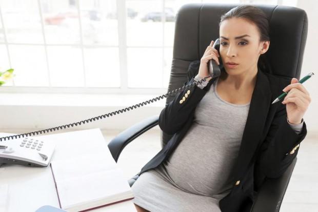 Kobieta, matka na rynku pracy. Ten raport daje do myślenia