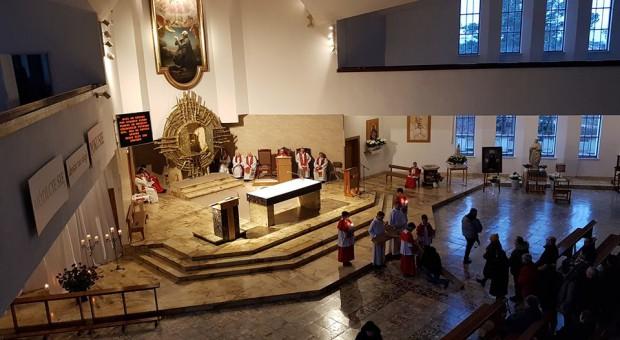 Terminal płatniczy w kościele. Mieszkańcy murem za odwołanym proboszczem