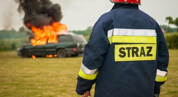 Pożar w firmie zajmującej się recyklingiem samochodów. Poszkodowany jeden pracownik