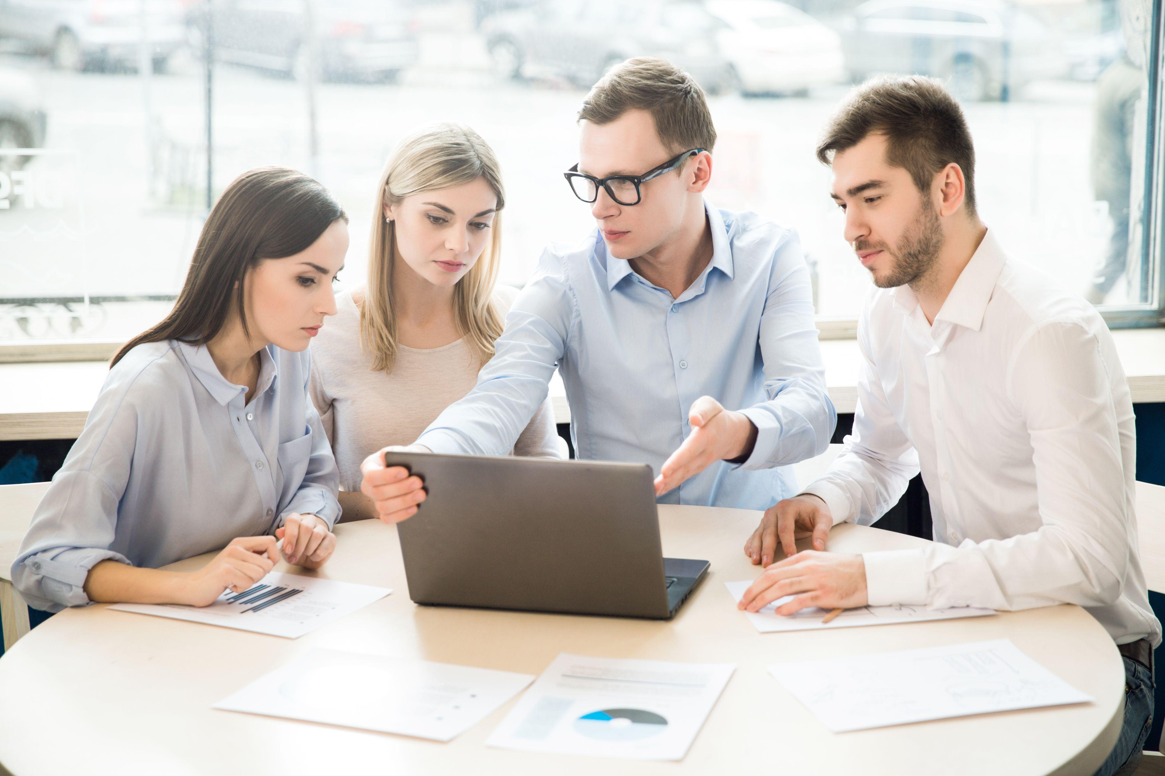 Business casual pozwala odetchnąć od klasycznego garnituru. Przy tych stylizacjach znika również krawat. (Fot. Shutterstock)