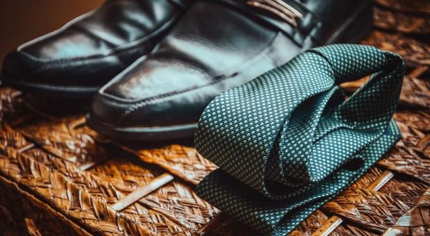 Dzień bez krawata: Kiedy menedżer może zrezygnować z założenia krawata?