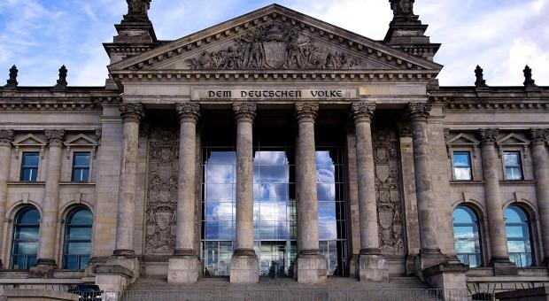 Niemcy. Rząd zatrudnił ludzi na umowy czasowe, a sam prosi firmy o ich niestosowanie
