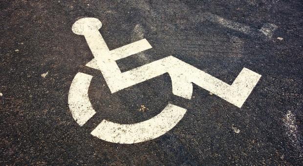 MRPiPS: przepisy nie dyskwalifikują osób niepełnosprawnych w podejmowaniu pracy
