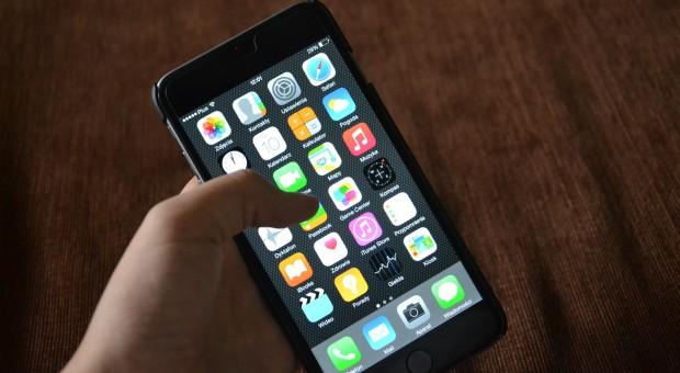 Continental: Zakaz korzystania z komunikatorów na służbowych telefonach