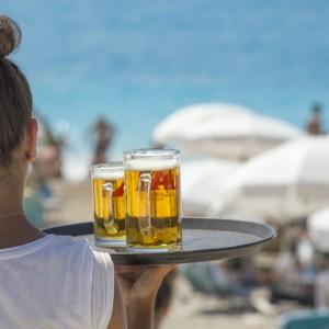 Idą wakacje, młodzi mogą zacierać ręce. Stawki godzinowe w górę