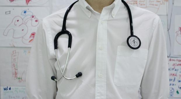 4 tys. zł dla młodych lekarzy na start. Potem będą podwyżki