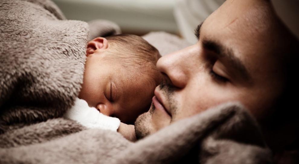 UNICEF: 92 kraje nie mają polityki zapewniającej młodym tatom płatny urlop ojcowski