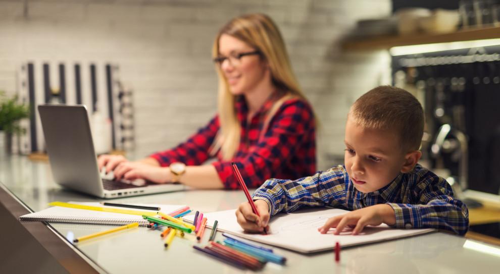 Przedszkola, półkolonie, praca zdalna. Pracodawcy wspierają pracujących rodziców w wakacje