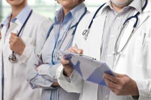 Rośnie liczba lekarzy w systemie opieki zdrowotnej. Tak samo jak ich wiek