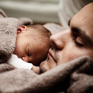Polscy ojcowie coraz częściej biorą urlopy na dziecko