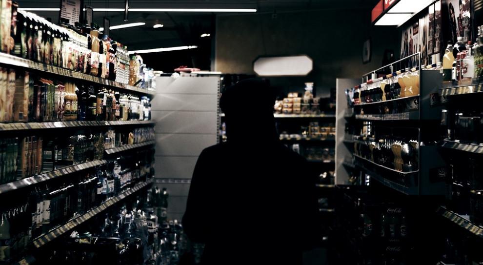 Sprzedaż alkoholu nieletnim. Pracownicy handlu nie upominają się o dowody osobiste