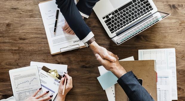Coraz więcej firm IT publikuje w ogłoszeniach o pracę informację o wynagrodzeniu