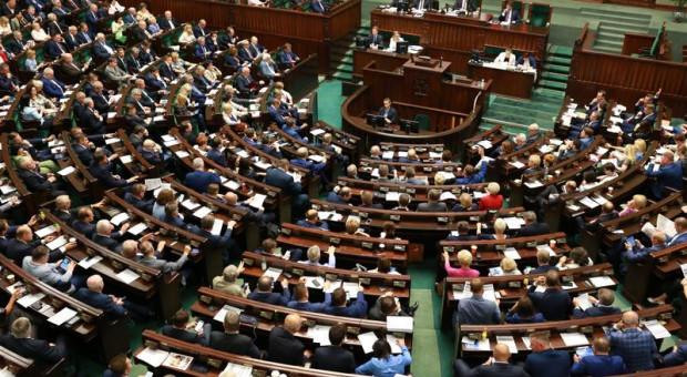 Sejm przyjął zmiany w swoim Regulaminie dotyczące obniżenie uposażenia posłów
