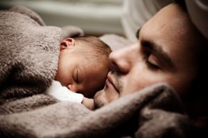 Ilu mężczyzn korzysta z urlopu ojcowskiego? Resort podał nowe dane