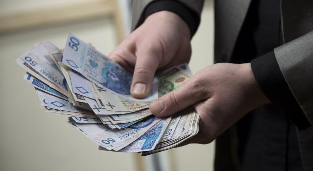 Zadowolenie z wysokości pensji deklaruje prawie połowa Polaków. Jeszcze więcej czeka na podwyżkę