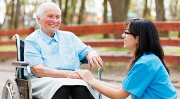 Jedna pielęgniarka opiekuje się pięcioma seniorami… z Niemiec