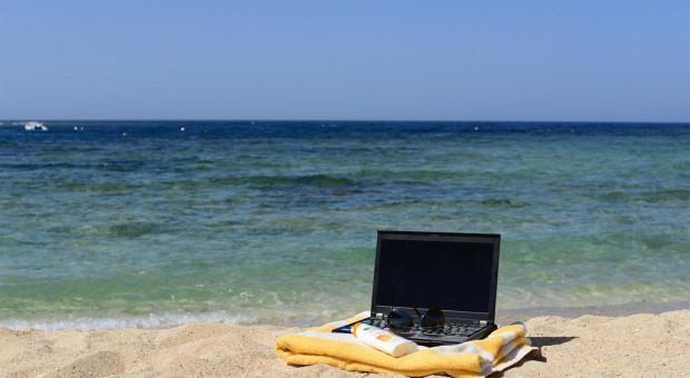 22 proc. z nas bierze na wakacje służbowego laptopa
