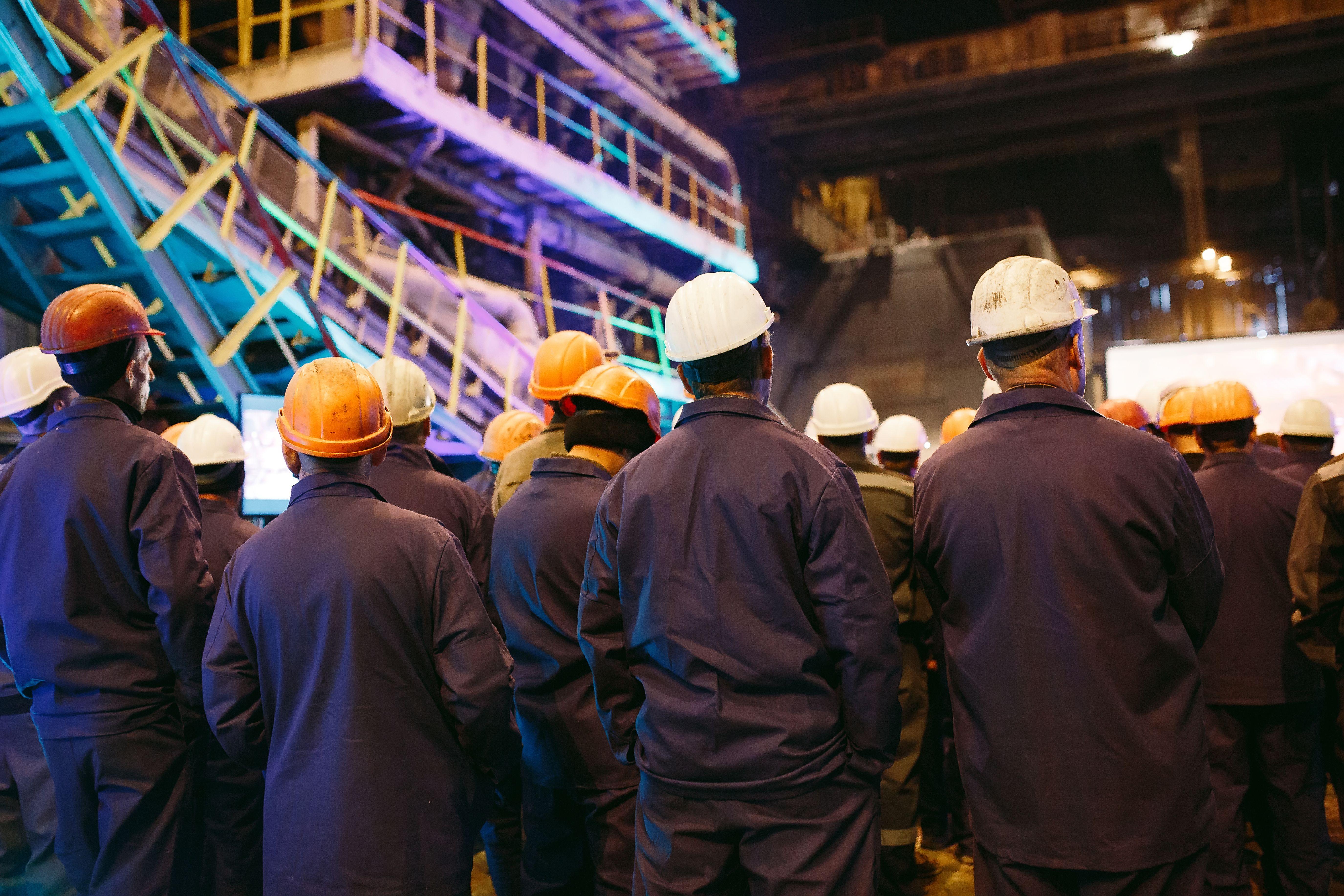 Pracownikom pracującym na nocnej zmianie należy wypłacić wynagrodzenie również za godzinę nieprzepracowaną z powodu przesunięcia czasu (fot. Shutterstock)