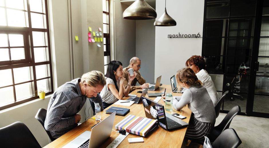 Mimo, że nowe badanie pokazuje znaczenie snu dla pracy, nie ulegajmy złudzeniu, że opanowanie chronotypów zespołu może rozwiązać wszystkie problemy. (fot. pexels.com/domena publiczna)