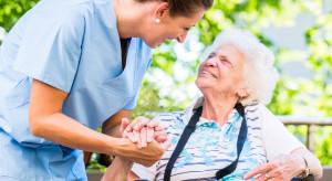 Praca: Opiekun osób starszych pilnie poszukiwany. Brakuje około 20 tys. pracowników