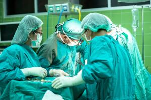 Lekarze wzięli się na sposób. Odchodzą ekipami