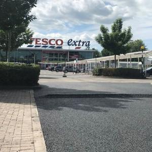 Tesco wykorzystało plastik z recyklingu do budowy parkingu przy sklepie
