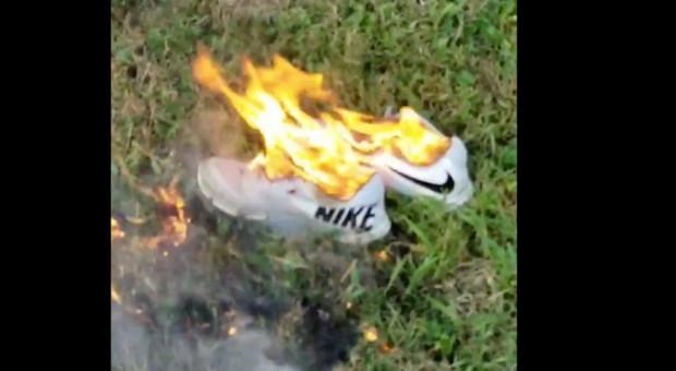 Kłopoty Nike przez nową gwiazdę w reklamie. Internauci palą buty i skarpetki