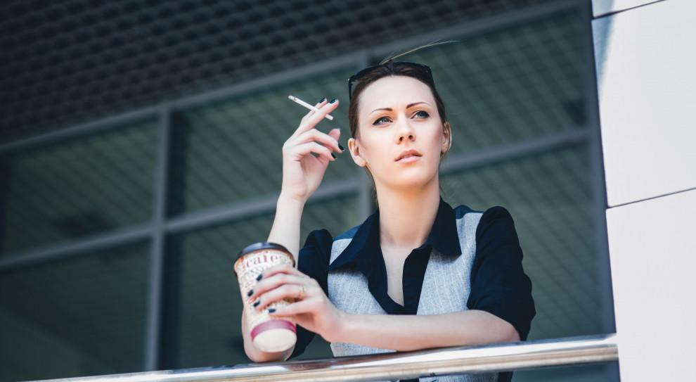 Problem palaczy powraca. Oto jak firmy walczą z nałogami pracowników
