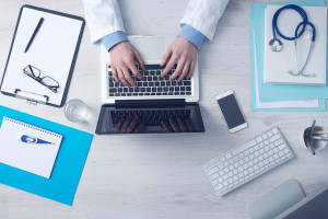 Lekarze: Kończyliśmy studia medyczne, aby leczyć ludzi, a nie siedzieć przy komputerze