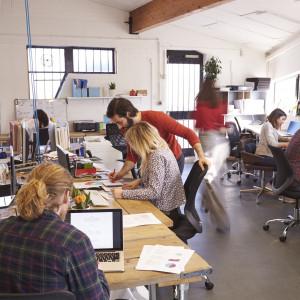 """Ani to praca zdalna, ani praca w biurze. """"Trzecia droga"""" coraz popularniejsza"""