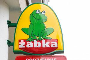 Franczyzobiorca Żabki nie obsługiwał zwolenników PiS. Sieć grozi zerwaniem współpracy