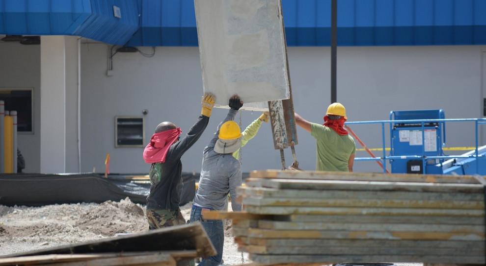 Płace, oferty pracy na budowach. Jest w czym wybierać, ale optymizmu brak