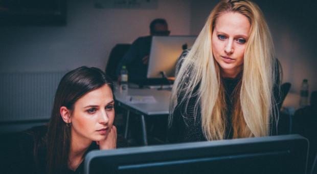 Rośnie liczba kobiet na rynku pracy. Wciąż jednak dominują na nim panowie