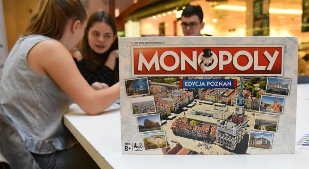 Poznań z własną edycją Monopoly. Na planszy są lokalne instytucje i firmy