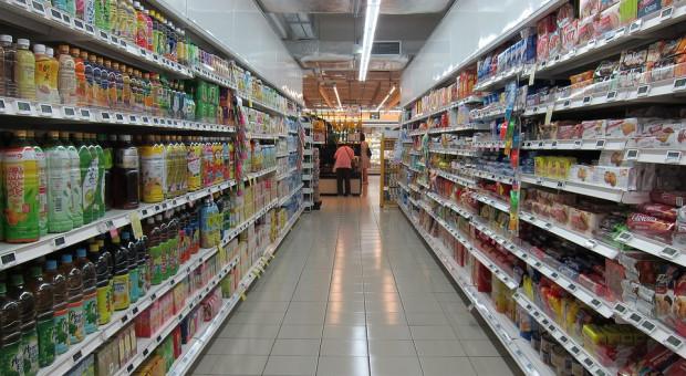 Pracownicy sklepu przepraszają klientów za długie kolejki: Nie ma chętnych do pracy za 3 tys. zł