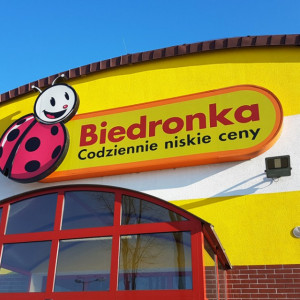 """Emeryt reklamuje pracę w Biedronce: """"Cieszę się, że właśnie Biedronka pozwoliła mi pracować w tym wieku"""""""