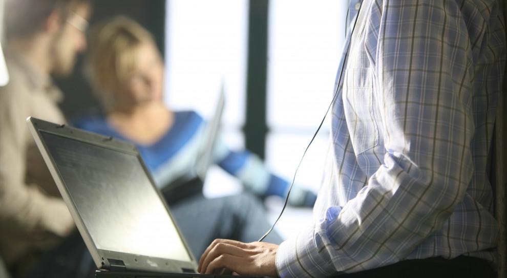 Badanie: 16 proc. polskich internautów odczuwa lęk przed odłączeniem od Internetu