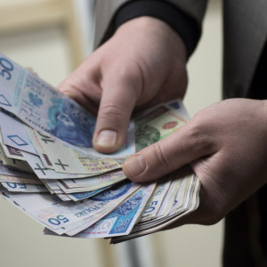 Polacy skarżą się na niskie pensje i wysokie koszty życia