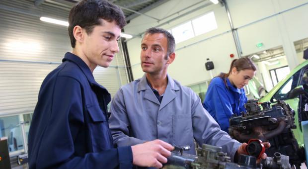 Wątpliwości w sprawie zatrudniania 15-latków. Resort pracy wyjaśnia