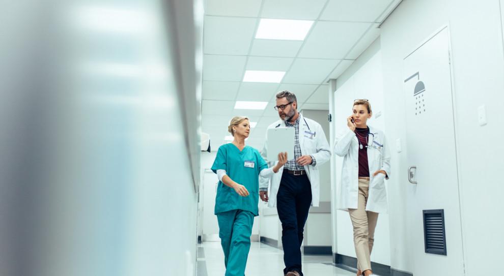 Lekarze z zagranicy dorabiają jako ochroniarze. Bo muszą pracować za darmo