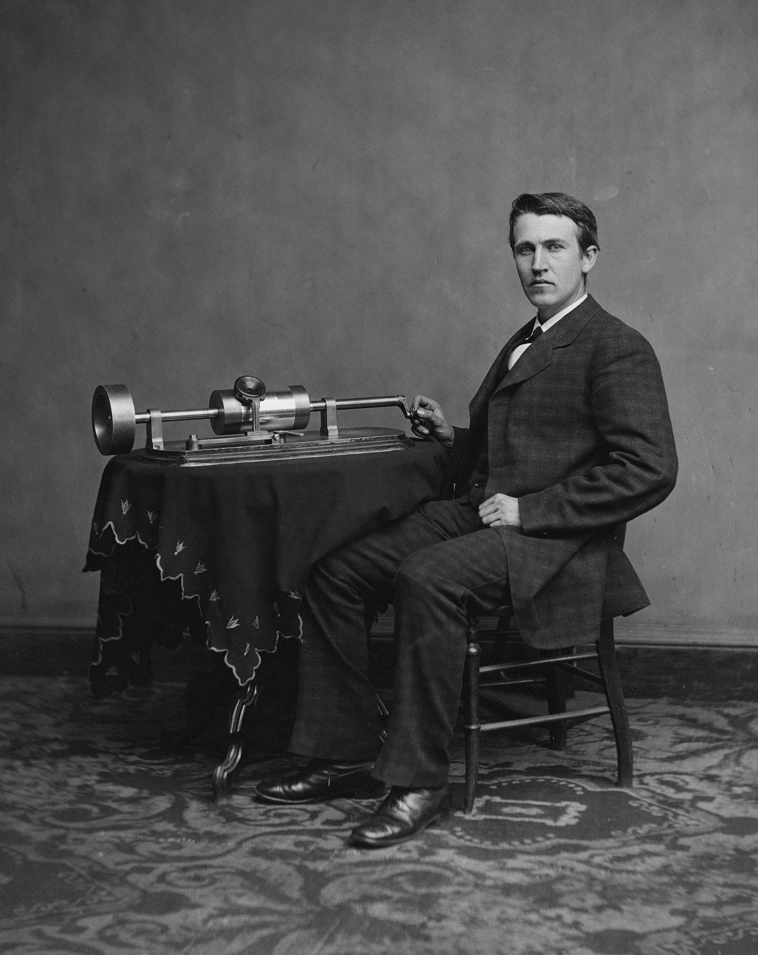 Fotografia Thomasa Edisona z jego fonografem z 1878 roku. Na zdjęciu model drugi wynalazku. Służył do zapisywania i odtwarzania dźwięku. (fot. pixabay.com/domena publiczna)