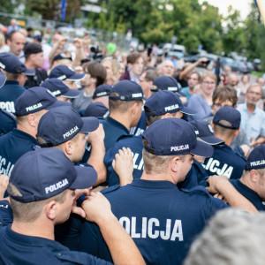 Instruują policjantów, jak mogą wcześniej zakończyć L4